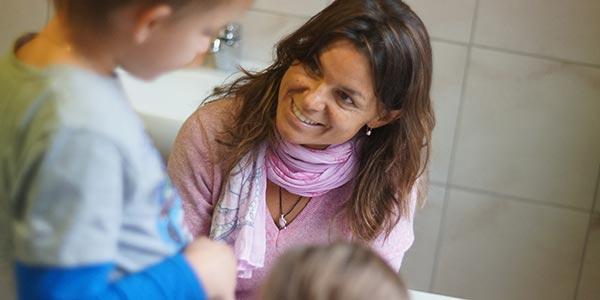 in der montessori-grundschule werden kinder aufmerksam betreut